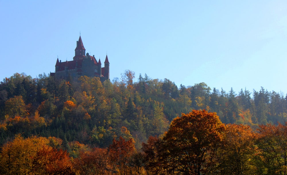 Vista del castillo camino a Lostice